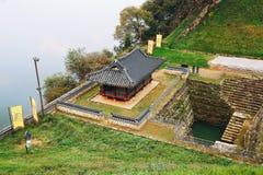 Pavillon et étang de Manharu de forteresse de Gongsanseong en Corée photographie stock libre de droits