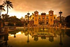 Pavillon et étang Mudejar au coucher du soleil. Séville Photographie stock