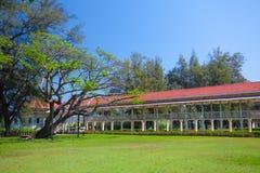 Pavillon et couloir sur l'herbe verte Images stock