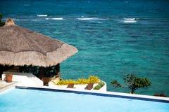 Pavillon et piscine dans le lieu de villégiature luxueux Vue de mer Photo stock