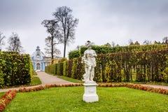 Pavillon-Grotte in Catherine Park in Pushkin im Herbst. Lizenzfreies Stockfoto