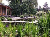 Pavillon im botanischen Garten auf der Bank des Teichs Lizenzfreies Stockbild
