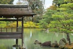 Pavillon im Freien im Kinkakuji-Tempel Stockfotos