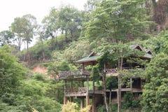 Pavillon im Wald lizenzfreie stockfotos