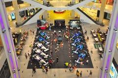 Le pavillon Kuala Lumpur présente des voitures de la formule 1 Photos libres de droits