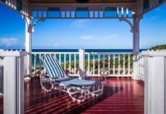 Pavillon met zonlanterfanter op het Caraïbische strand in Cuba - Serie royalty-vrije stock afbeeldingen