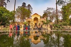 Pavillon néoclassique se reflétant dans un étang dans le jardin des rêves images libres de droits