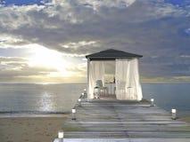 Pavillon, plage et coucher du soleil Image stock