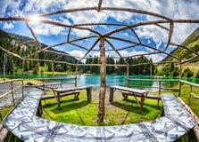 Pavillon près de lac de montagne Photographie stock libre de droits