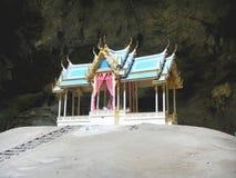 Pavillon real en la cueva de Phraya Nakorn, parque nacional Khao Sam Roi Yot, Prachuap Khiri Khan, Tailandia foto de archivo