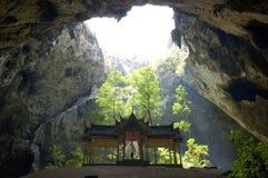 Pavillon thaï d'étable dans une caverne. Photographie stock libre de droits