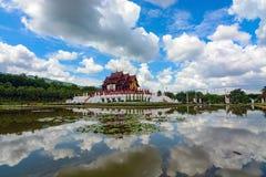 Pavillon- und Himmelreflexion in der Seerose stauen am königlichen Park Rajapruek in Chiang Mai, Thailand Stockfotografie