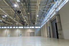 Pavillon vide spacieux MosExpo avec des portes pour une voiture photo libre de droits
