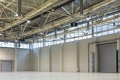 Pavillon vide spacieux MosExpo avec des portes pour une voiture photo stock