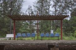 Pavillon zum Rest des Zugpassagiers auf einer Pflasterung am Bahnhof, Thailand, selektiver Fokus, gefiltertes Bild Lizenzfreies Stockfoto
