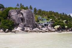 Pavillons à la plage d'océan photos stock