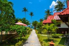 Pavillons avec le toit rouge, plage de Haad Yao, île de Koh Phangan, Sur image stock