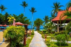 Pavillons avec le toit rouge, plage de Haad Yao, île de Koh Phangan, Sur image libre de droits