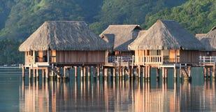 Pavillons d'hôtel au-dessus de lagune de Moorea Photographie stock libre de droits