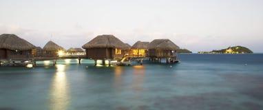 Pavillons d'Overwater au crépuscule en Bora Bora photos libres de droits