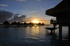 Pavillons d'Overwater au lever de soleil Photo stock