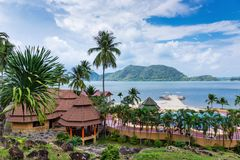 Pavillons dans un jardin tropical sur la plage Image libre de droits
