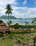 Pavillons dans un jardin tropical sur la plage Photos stock