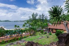 Pavillons dans un jardin tropical sur la plage Photo stock