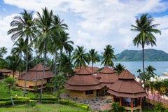 Pavillons dans un jardin tropical sur la plage Photographie stock