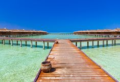 Pavillons de l'eau sur l'île tropicale des Maldives Photo stock