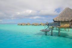Pavillons de luxe au-dessus d'une lagune Photo libre de droits
