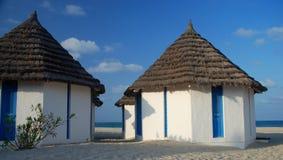 Pavillons de plage dans une station de vacances touristique Djerba, Tunisie Image libre de droits