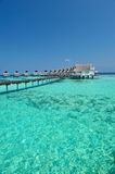 Pavillons des Maldives sur la mer bleue Photo stock