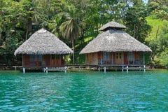 Pavillons en bois tropicaux au-dessus de l'eau Image stock