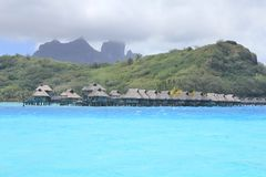 Pavillons et bâti Otemanu de Bora Bora image stock