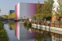 Pavillons reflektierten sich im seichten Wasser des Abzugsgrabens, AUSSTELLUNG Mailand 2015 Stockfoto