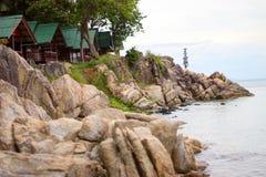 Pavillons se tenant sur un rivage rocheux à côté de la mer photographie stock libre de droits