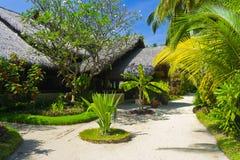 Pavillons sur la voie de plage et de sable image libre de droits