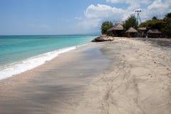 Pavillons sur une plage tropicale Photographie stock