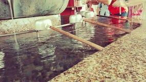 Pavilon da água do santuário xintoísmo de Japanase Fotos de Stock Royalty Free