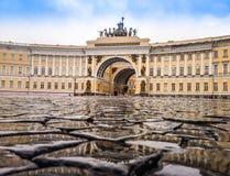 Pavimentó el mojado de las piedras de la lluvia en el cuadrado del palacio delante del th Foto de archivo