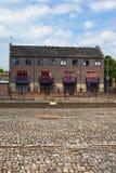 Pavimentação e casa do terraço nas zonas das docas. Londres. Reino Unido Fotos de Stock
