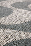 Pavimentación de piedra del adoquín típico de Portugal Imagen de archivo libre de regalías