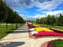 Pavimentación y callejón en el parque de Tsaritsyno Imágenes de archivo libres de regalías