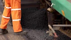 Pavimentadora del asfalto que aplica el asfalto en la carretera Un equipo usado para aplicar el asfalto en la calle automáticamen almacen de video
