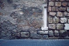 Pavimentadoras abstractas de la columna de la pared de ladrillo imágenes de archivo libres de regalías