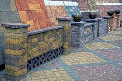 Pavimentando le mattonelle ed i modelli colorati del mattone recinta il magazzino Immagine Stock