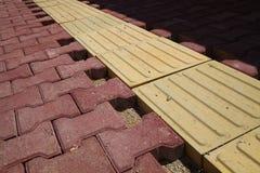 Pavimentando telhas e a trilha cega Fotografia de Stock