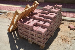 Pavimentando telhas em uma pálete Fotografia de Stock