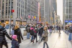 Pavimentazione ammucchiata con i locali ed i turisti durante le feste di Natale Fotografia Stock